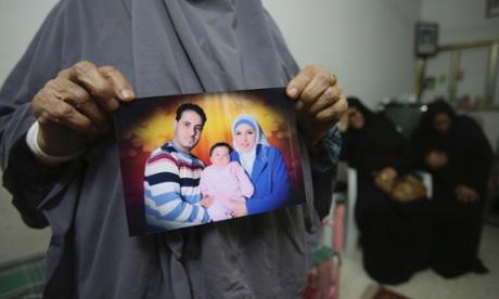 Mãe de palestino Shukri al-Assouli, mantém a sua fotografia em Gaza. Ele partiu de Alexandria em 06 de setembro com sua esposa e dois filhos em um navio com 400 imigrantes a bordo que estava destinado para a Itália, mas o navio afundou e ele foi resgatado por um navio comercial japonês e levado para a Grécia