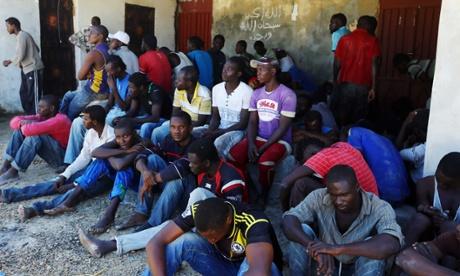 Imigrantes ilegais resto depois que eles foram resgatados pela guarda costeira líbia quando seu barco afundou ao largo da cidade costeira de Garabulli, 60 km a leste de Trípoli em 15 de setembro de 2014.