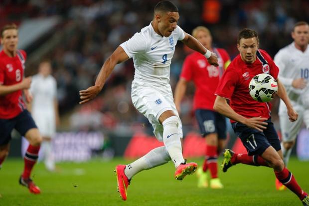 Alex Oxlade-Chamberlain latches onto the ball.