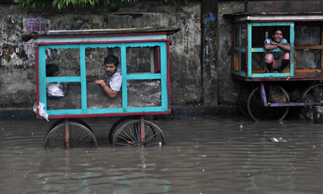 Commuters struggle with floods in Dhaka