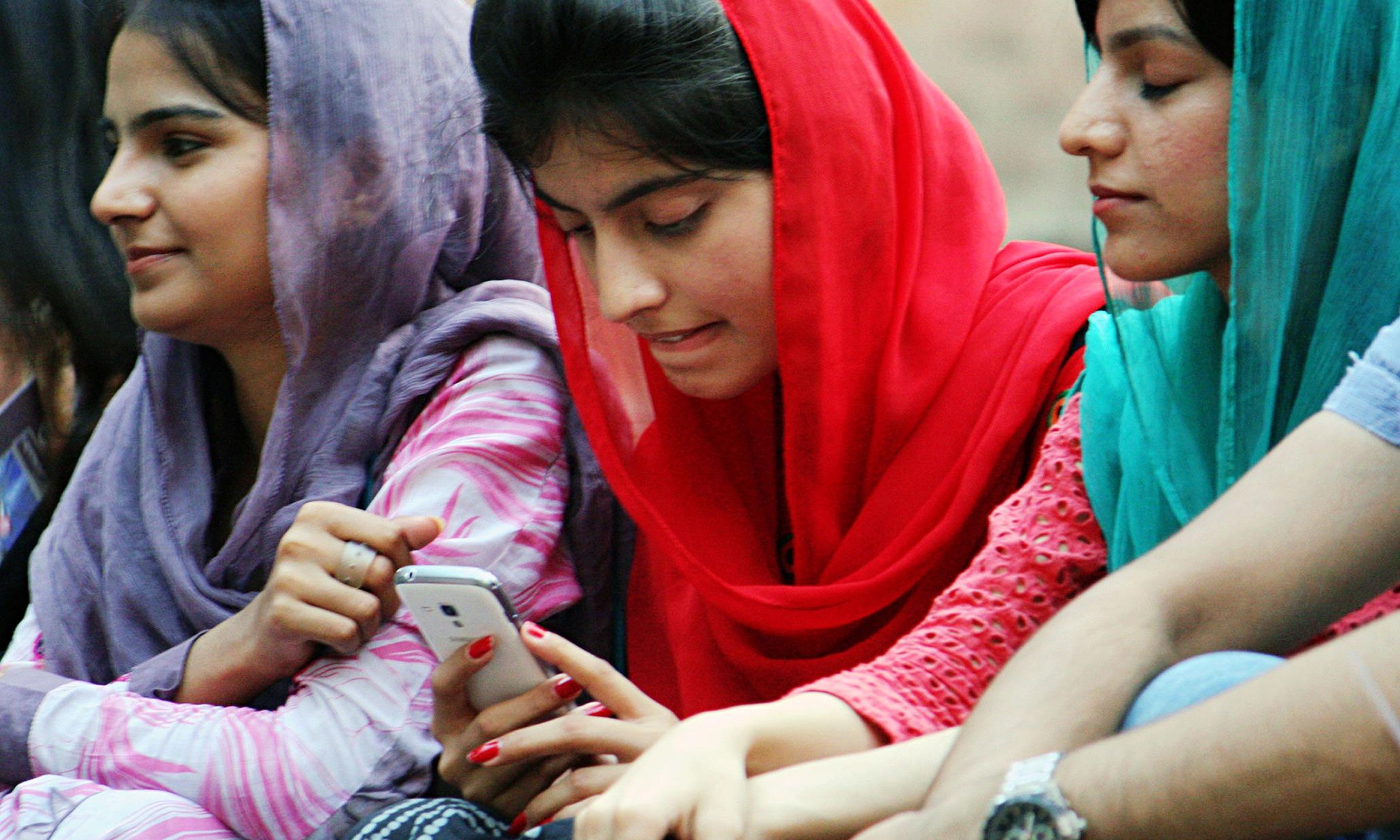 Lady On Mobile In Lahore 009 Jpg