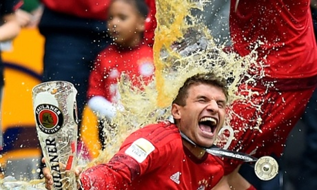 Sport picture of the day: the drinks are on Thomas Müller