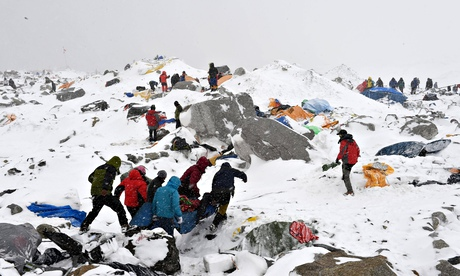Nepal earthquake: British doctor who saved 23 lives after Everest avalanche hailed a hero