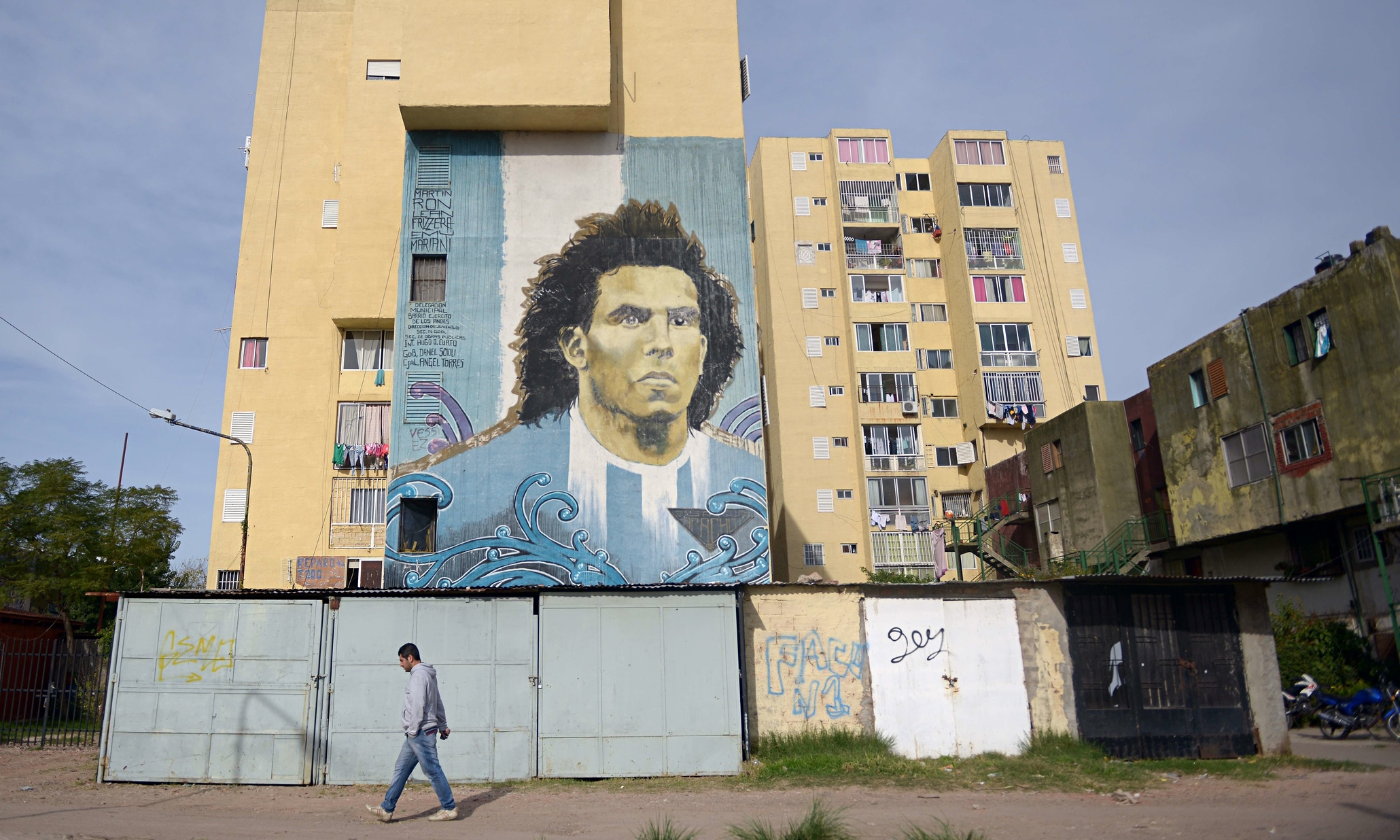 Carlos tevez and lionel messi bring two sides of argentina for Club de suscriptores mural