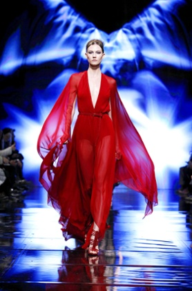 Karlie Kloss on the Donna Karan catwalk in 2014