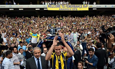 Manchester United yet to agree a fee with Fenerbahce for Robin van Persie