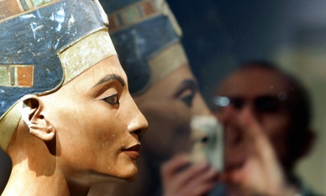Nefertiti archaeologist invited to Egypt over theory of hidden tomb