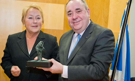 Pauline Marois presents a sculpture to Alex Salmond