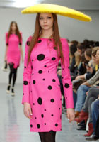 A model wears an outfit in the Giles Show