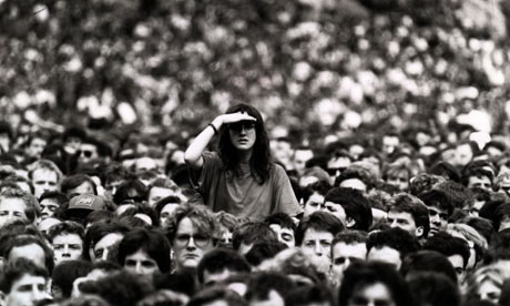 http://static.guim.co.uk/sys-images/Lifeandhealth/Pix/pictures/2009/3/6/1236352797811/Woman-peering-over-crowd-001.jpg