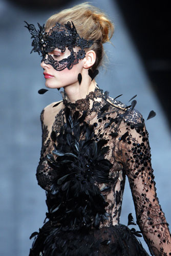 And just like Elie Saab, lots of lace and feathers, but this time in black :  lace dress catwalk fashion week