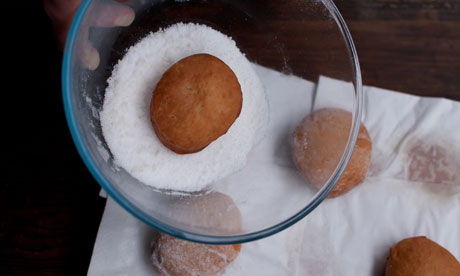 Dan 6 Remove from the fat, coat with sugar and fill with jam