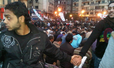 Egyptian Christians join hands to protect praying Muslims in Tahrir Square