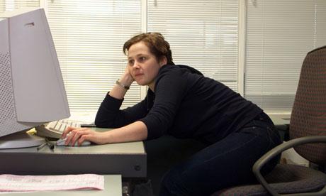 A-bored-office-worker-laz-006.jpg