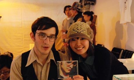 Jeremy Warmsley with a fan in Kobe, Japan