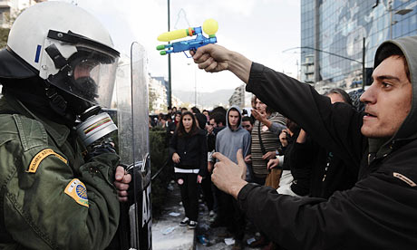 Protester threatens policeman in Athens