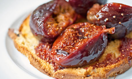Baked figs on sweet toast