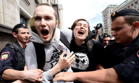 Russian riot police detain gay activists