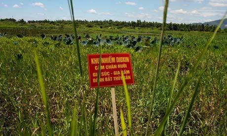 Un panneau d'avertissement se trouve dans un champ Vietnam contaminés à la dioxine
