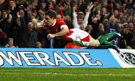 Shane Williams dives over to score his try against Australia.