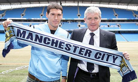 Gareth-Barry-poses-with-M-002.jpg