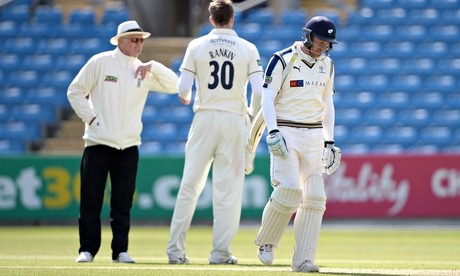 Andrew Gale keeps cool but Warwickshire hold advantage against Yorkshire