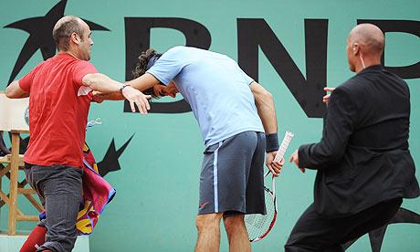 Roger-Federer-tries-to-av-001.jpg