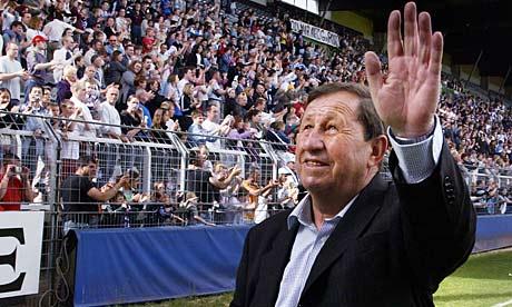 Auxerre's coach Guy Roux (R) salutes his