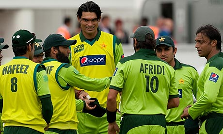Pakistan's Mohammad Irfan is presented with his cap
