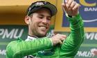 Mark Cavendish puts on the green jersey