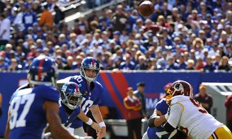 New York Giants quarterback Eli Manning throws a pass to Domenik Hixon