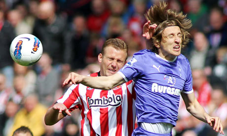 Lee Cattermole of Sunderland (L) and Luka Modric of Tottenham Hotspur in action