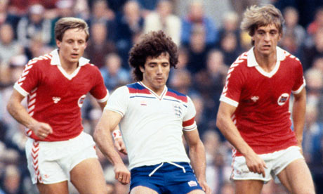 England's Kevin Keegan is watched by Svein Grondalen and Einar Jan Aas