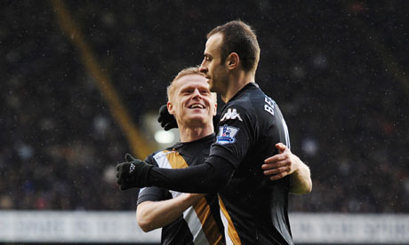 Dimitar Berbatov celebrates with Damien Duff