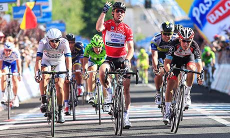Mark Cavendish, centre, wins the 13th stage of the Giro d'Italia from Busseto to Cherasco