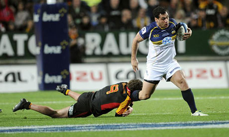 George Smith slips the tackle of Chiefs' Tawera Kerr-Barlow