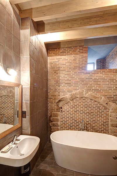 http://static.guim.co.uk/sys-images/Travel/Pix/gallery/2012/8/9/1344512777142/Astley-Castle-bathroom-002.jpg