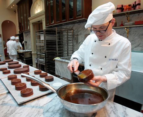 A confectioner at work on a sachertorte.