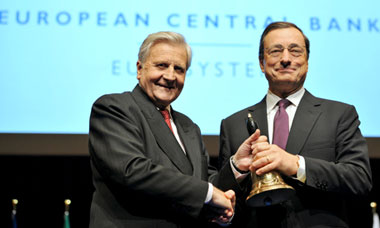 Outgoing ECB President Jean-Claude Trichet (L) hands over to his successor Mario Draghi