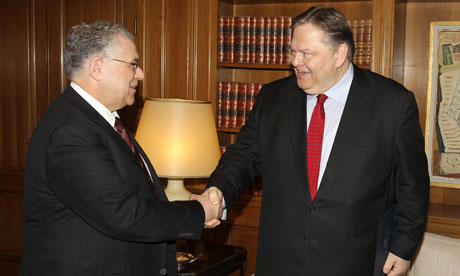 Lucas Papademos (L) shakes hands with outgoing Finance Minister Evangelos Venizelos