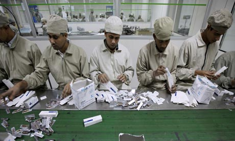 MDG : Bangladesh : Drug factory and drug maker : Workers on the production line
