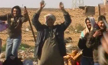 Egyptians leave Libya at border