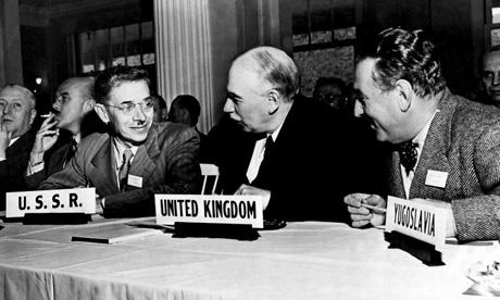 Keynes (en el centro) representa a la delegación británica. La conferencia se celebró en el marco de la Gran alianza americano-soviética y la URSS participó en los trabajos. Pero al año siguiente la URSS rechaza adherrirse a las instituciones creadas en Bretton Woods.
