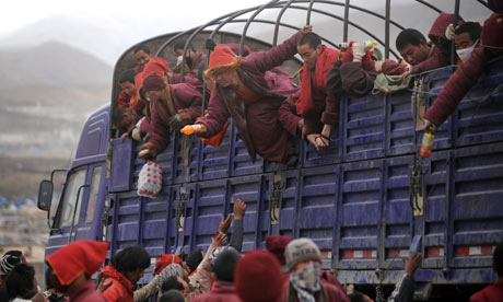 结古:藏族僧侣在救援卡车上
