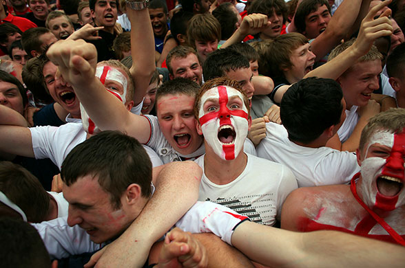 https://static.guim.co.uk/sys-images/Guardian/Pix/pictures/2010/6/24/1277371900053/Manchester-UK-England-fan-010.jpg