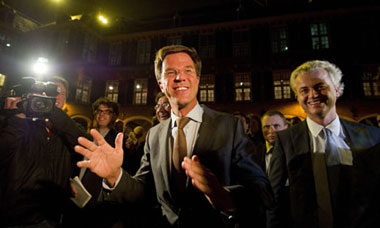 Mark Rutte of the VDD, left, and right-wing PVV party leader Geert Wilder.