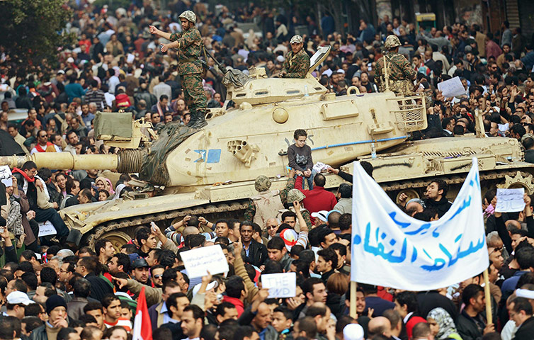 http://static.guim.co.uk/sys-images/Guardian/Pix/pictures/2011/2/1/1296567840728/A-tank-stands-amid-crowds-034.jpg