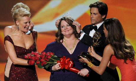 Melissa McCarthy at the Emmy awards with Martha Plimpton, Rob Lowe and Sophia Vergara.