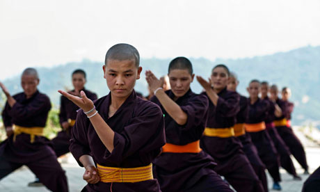 Bhiksuni Nepal Berlatih Kung Fu, Photograph: Simon De Trey-White/Eyevine