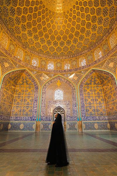 Iranian woman dressed in 002 زیباترین مناظر دیدنی ایران از نگاه سایت خارجی گاردین + عکس